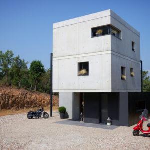Франция: Брутальное преображение трансформаторной будки