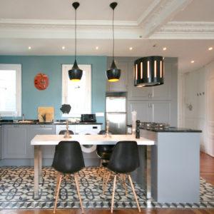 Кухня недели: Новая кухня со старинными деталями в парижской квартире