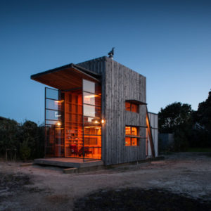Новая Зеландия: Мобильный пляжный дом для любителей серфинга