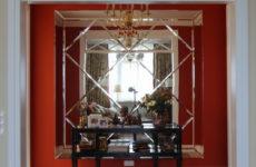 Квартира с алым холлом и английской классикой