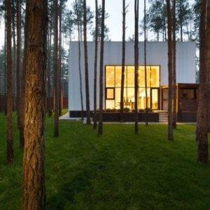 Украина: Дом-куб среди сосен в стиле эко-минимализма