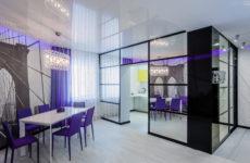 Лестница в детской и фиолетовый свет в динамичном интерьере