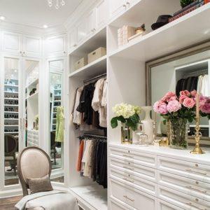 Куда уходит свежесть: как избавиться от запаха в шкафу с одеждой