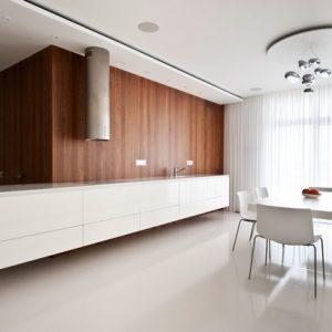 Умное стекло, «подвешенная» стена и белоснежный минимализм