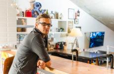 В гостях: Мансарда арт-директора с ванной в цветах его агентства