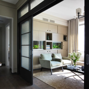 Квартира с винтажным светом и современной живописью