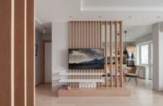 Квартира с деревянными перегородками и кирпичной облицовкой