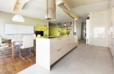 Лаконичный интерьер с галькой и дизайнерской мебелью
