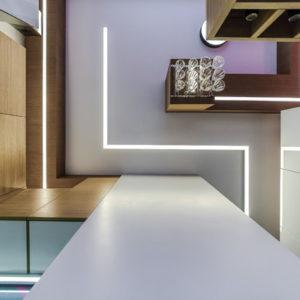 Проект недели: Интерьер кухни размером 16 кв.метров с фуксией и змейкой