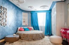Квартира с гипсовым барельефом и холодными оттенками