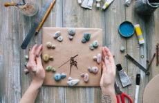 DIY: Оригинальные настенные часы своими руками из морской гальки