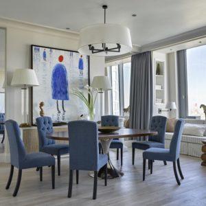 Квартира в Москве с цветными холлами и панорамной спальней