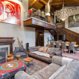 Метлахский пол и антикварная лестница в двухэтажной квартире