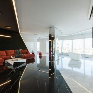Квартира с потрясающей панорамой и строгими контрастами