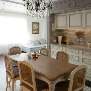 Проект недели: Дизайн кухни-студии с проходной столовой