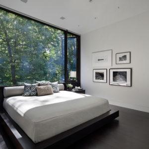 Кровать изголовьем к окну: Модный прием или глупость?