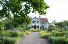 Швеция: Дом с белыми интерьерами и садом мечты