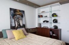 Квартира холостяка с коллекцией мотоциклетных шлемов и вина