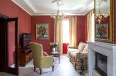 Дом с детской под самой крышей и гостиной винного цвета
