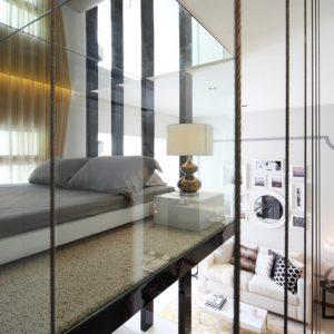 Сингапур: Спальня в стиле лофт со стеклянной стеной
