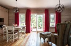 Дом с видом на сосны и птицами в интерьере