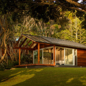 Новая Зеландия: Как пляжный домик оказался в буше