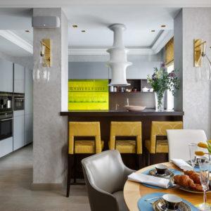 Двухэтажная квартира с золотыми акцентами в Петербурге