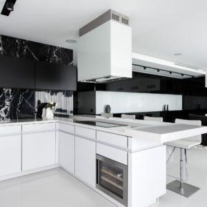 Черно-белая квартира с обилием стекла и мрамора