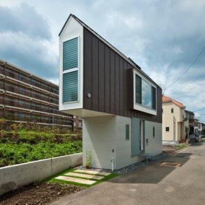 Япония: Узкий дом в Токио с видом на реку