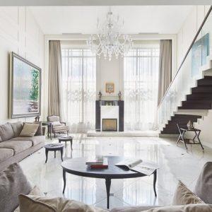 Классический интерьер с двухсветной гостиной