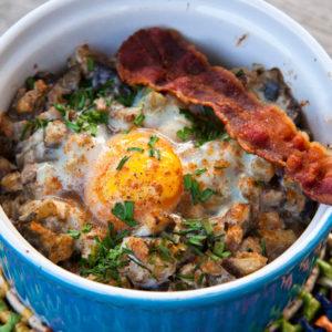 Рецепт: Запеканка из баклажанов, яиц и чипсов из бекона