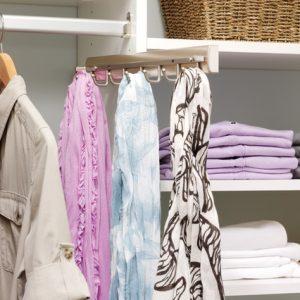 17 приспособлений для хранения ношеных вещей, не считая стула
