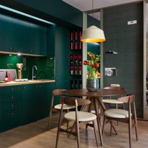 Украина: Зеленая квартира со стеной для журналов