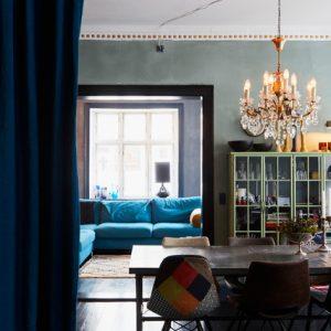 Дания: Квартира в темных тонах с золотым узором на потолке