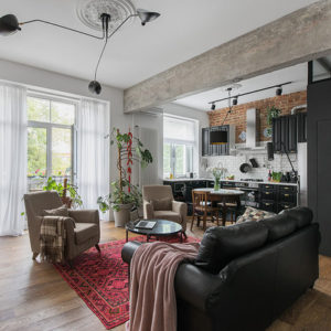 «Сталинка» с винтажной мебелью и мрамором
