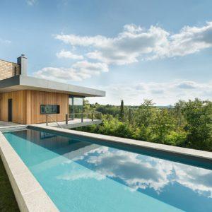 Германия: Дом с бассейном на склоне холма