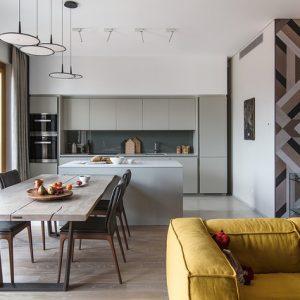 Квартира с камином и деревянным панно ручной работы