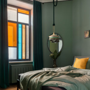 Квартира для галеристки — с яркими витражами