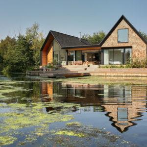 Британия: Дом на озере с собственной лагуной