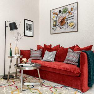 Квартира для студента — с фрамугами и красным диваном
