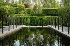 Подмосковный сад с лабиринтом у водной глади