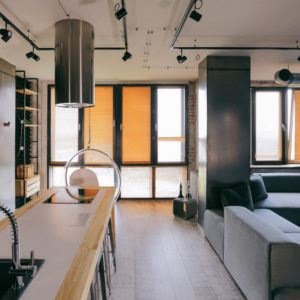Лофт, где кухня — с островом-верстаком и профнастилом