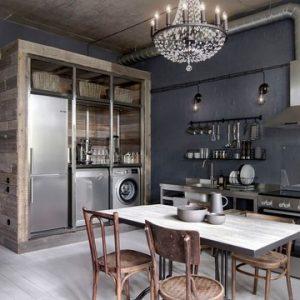 Студия с металлической кухней и хрустальной люстрой
