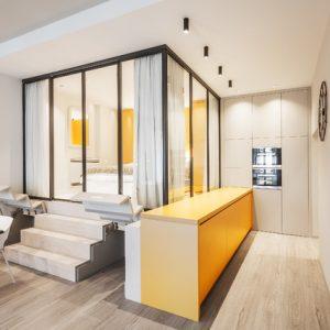 Проект недели: Кухня-рояль и спальня «за стеклом»