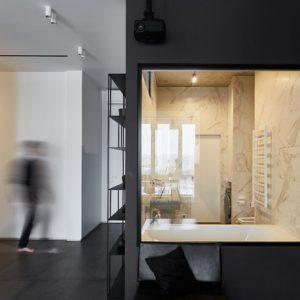 Квартира с чёрной спальней и прозрачным санузлом