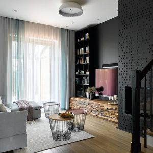 Таунхаус с чёрной стеной в гостиной